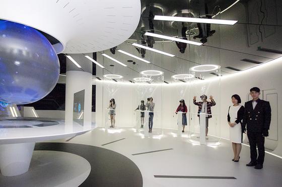 서울 을지로 SK텔레콤 본사에 마련된 티움 미래 체험관에서 가상현실(VR) 기기를 통해 드론 원격 접속 체험을 하는 모습. [사진 SK텔레콤]
