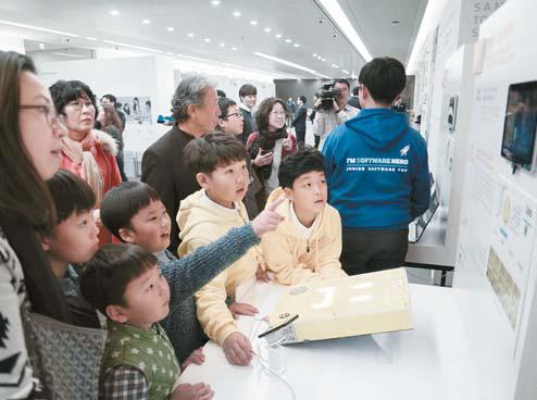 지난해 11월 서초구 삼성 서울R&D 캠퍼스에서 열린 '삼성 투모로우 스토리' 행사에서 '우리 반 소음 지킴이' 장치를 개발한 초등학생들이 프로젝트를 시연하고 있다.