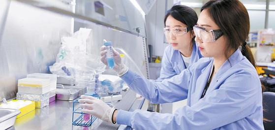 LG화학은 인류의 건강하고 풍요로운 삶을 위해 바이오 사업을 신성장동력으로 집중 육성하고 있다. 신약개발 등 선제적인 투자를 단계적으로 진행 중이다. LG화학 생명과학사업본부 대전기술원 연구원들이 의약품 분석시험을 하고 있는 모습. [사진 LG화학]