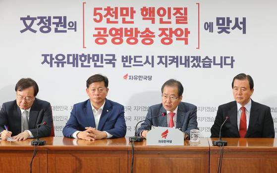 자유한국당 홍준표 대표가 추석 연휴를 앞둔 29일 오전 서울 여의도 당사에서 열린 기자간담회에서 북핵 문제에 대해 언급하고 있다.