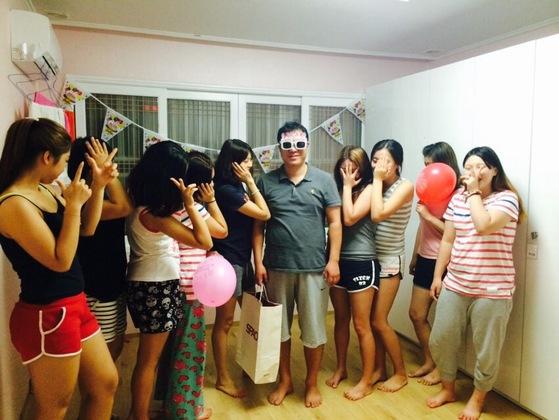 '사법형 그룹홈'인 둥지청소년회복센터에서 아빠로 불리는 임윤택 목사가 청소년들과 파티를 하고 있다.  [사진 둥지청소년회복센터]