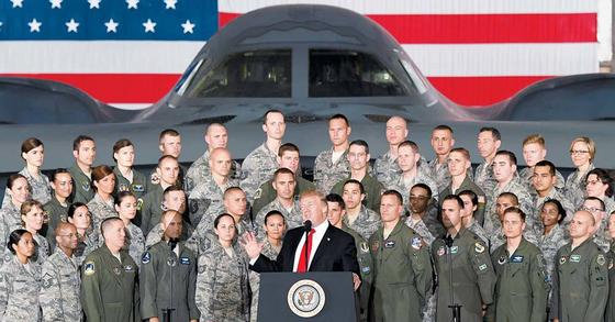 북한이 중장거리탄도미사일(IRBM) 화성-12형을 발사한 다음 날인 15일(현지시간) 도널드 트럼프 미국 대통령이 워싱턴DC 인근 앤드루스 공군기지 내 B-2 전략폭격기 앞에서 연설하고 있다. [신화=연합뉴스]