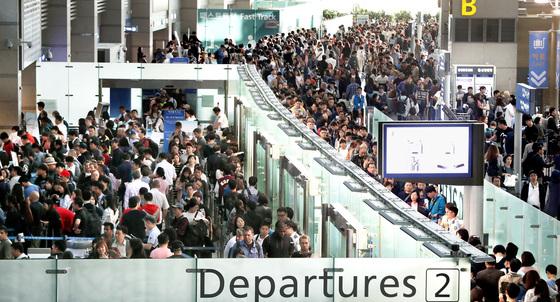 추석 황금연휴를 앞둔 29일 오전 인천공항 출국장이 여행객들.