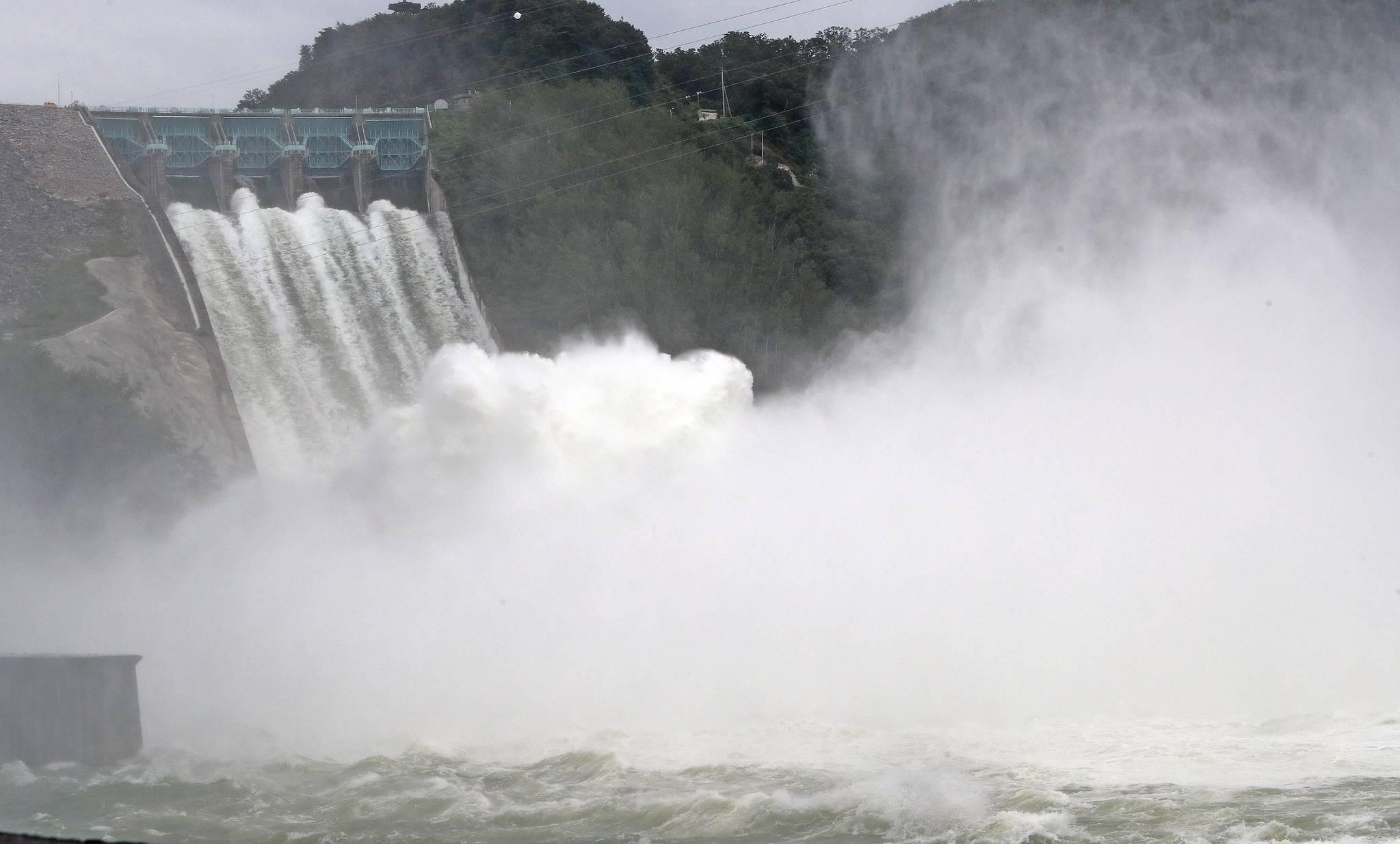 지난 8월 27일 강원 춘천시에 있는 소양강댐이 수문을 열고 방류를 하고 있다. 댐방류량을 나타내는 단위로는 CMS가 사용되기도 한다. 초당 몇톤의 물을 방류하느냐를 나타낸다. [연합뉴스]