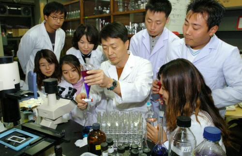 수질분석 실험 장면. 인제대 환경생태 실험실에서 환경공학부 권오섭 교수(가운데)가 학생들과 실험을 진행하고 있다. [중앙포토]