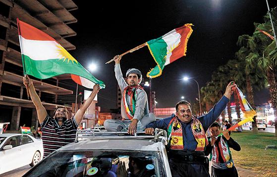 분리 독립 투표 결과가 나온 26일 쿠르드 주민은 환호했다. [EPA=연합뉴스]
