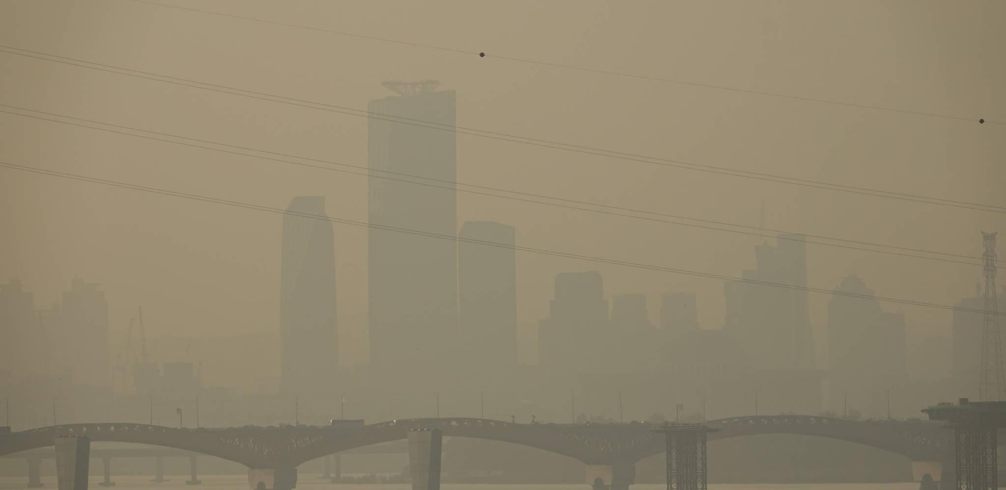 지난 25일 오전 여의도 지역 건물들이 미세먼지와 짙은 안개로 뿌옇게 보이고 있다. [연합뉴스]