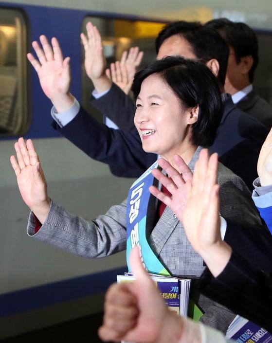 추미애 더불어민주당 대표가 29일 서울 용산역에서 귀성객들에게 인사하고 있다. [뉴시스]