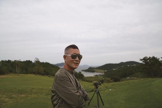정재봉 사우스케이프 회장이 경남 남해에 지은 자신의 골프장에서 포즈를 취했다. 선글라스를 쓴 그의 사진은 부인이자 회사 감사인 문미숙씨가 찍었다. [사진 사우스케이프]