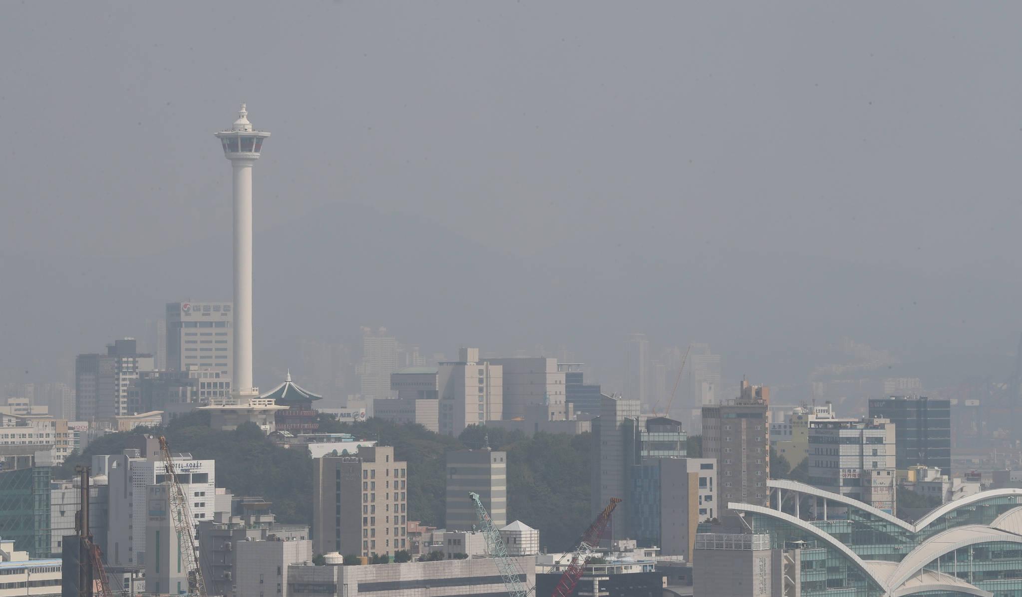 25일 부산 전역이 미세먼지 '나쁨' 수준인 가운데 부산 용두산공원 부산타워 주변이 뿌옇다. [연합뉴스]