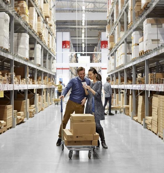 이케아는 소비자가 스스로 가구를 조립하는 DIY (Do It Yourself) 가구를 판매한다. 이케아 가구 키트를 쇼핑카트에 담고 있는 쇼핑객들. [사진 이케아]