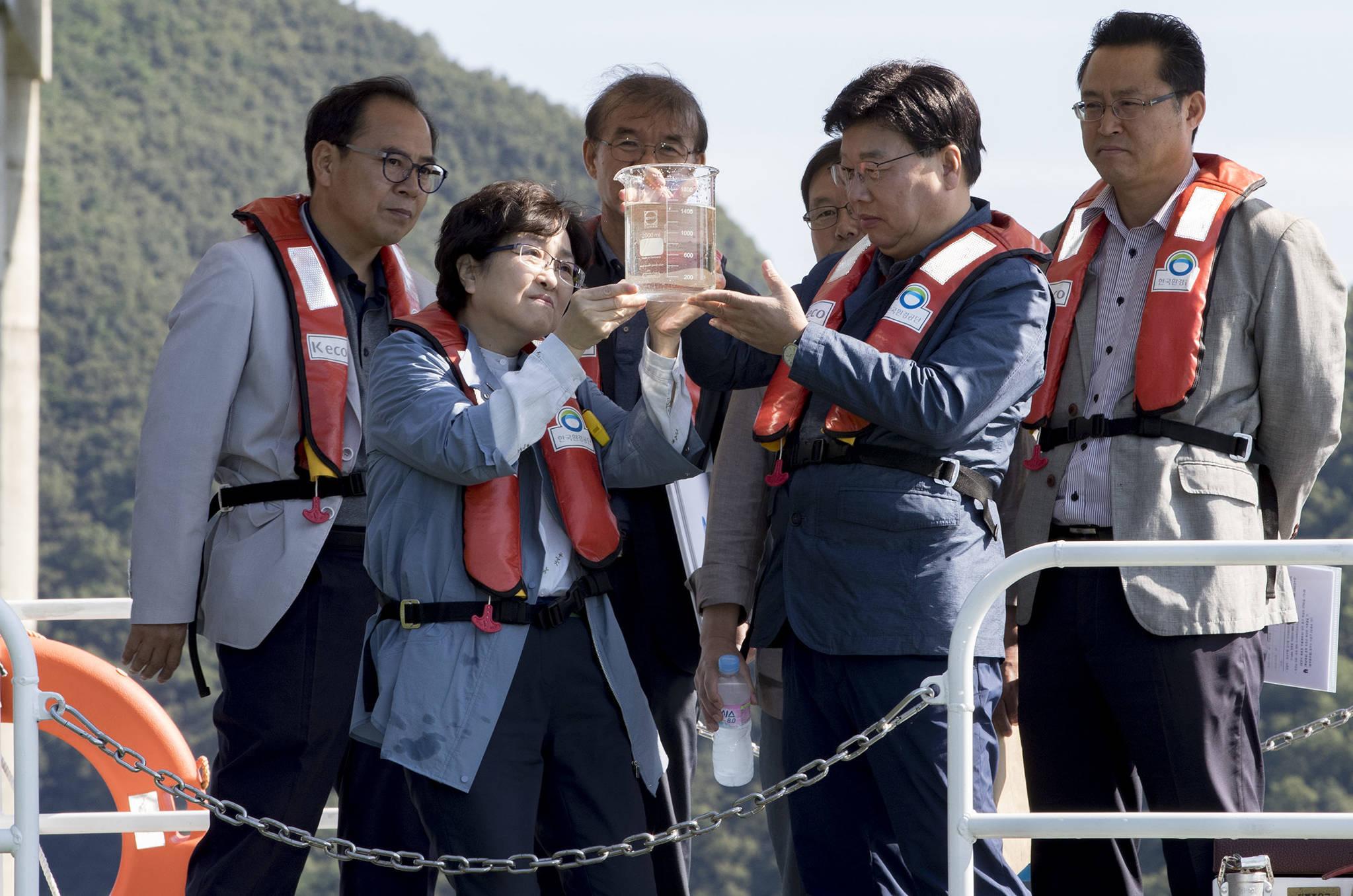 김은경 환경부 장관이 9월 2일 녹조가 발생한 충북 대청호를 방문해 수질 상태를 점검하고 있다. [사진 환경부]
