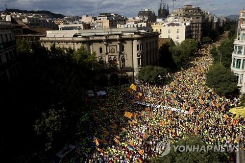 카탈루냐 독립을 주장하며 바르셀로나에 모인 주민들 [AP=연합뉴스]