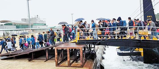 1일 인천~백령도를 오가는 선박에서 승객들이 내리고 있다. 지자체들은 중앙정부가 가진 여객운송사업 면허권의 지방 이양을 요구하고 있다. [ 연합뉴스]