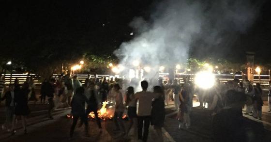 고려대의 한 풍물패가 29일 밤 교내에서 불을 피우는 행사를 열었다는 내용의 사진이 중앙일보에 접수됐다. [사진 고려대 온라인커뮤니티]
