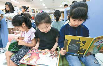 지난달 28일 서울 숭인초에서 '학부모 독서동아리와 함께하는 북 페스티벌'이 열렸다. 학생들이 도서관에서 책을 읽고 있다. [최승식 기자]
