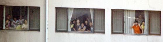 2004년 7월 탈북자들이 집단 입국 후 경기도 안산 중소기업연수원에서 2차로 도착한 탈북자들을 향해 손을 흔들고 있다. [중앙포토]