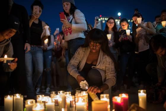 사건이 발생한지 만 하루가 지나면서 관광객들이 촛불로 희생자들을 추모하고 있다. [AFP=연합뉴스]