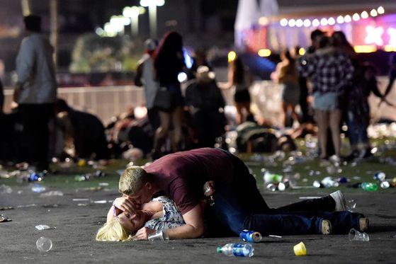 미국 라스베가스에서 괴한의 총격으로 현재까지 최소 58명이 사망하고 500여 명이 부상당하는 참사가 발생했다. [AFP=연합뉴스]