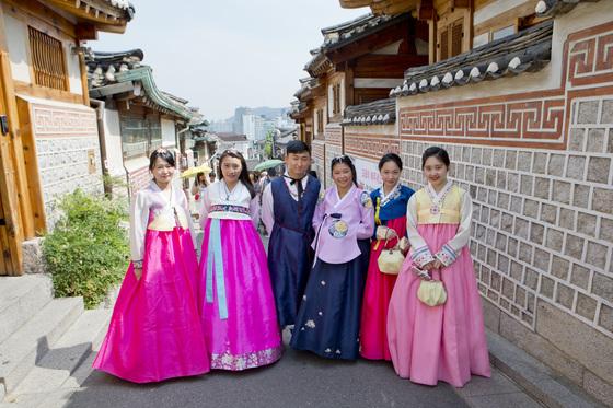 한복을 차려입고 여행지를 누비는 문화가 유행이다. 서울 북촌에서는 한복 입은 젊은 관광객을 흔히 볼 수 있다. [중앙포토]