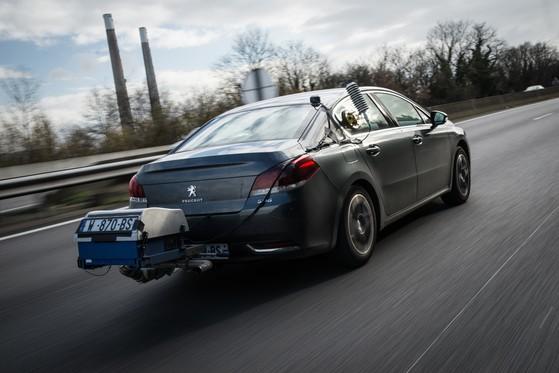 '실도로 측정법 방식'(RDE)은 디젤차에 배출가스 수집장치를 달아 일반 도로를 달리며 배출가스를 측정하는 것이 특징이다. 한국과 유럽연합(EU)은 9월부터 RDE를 적용해 디젤 차량 배출가스를 측정한다. [사진 푸조]