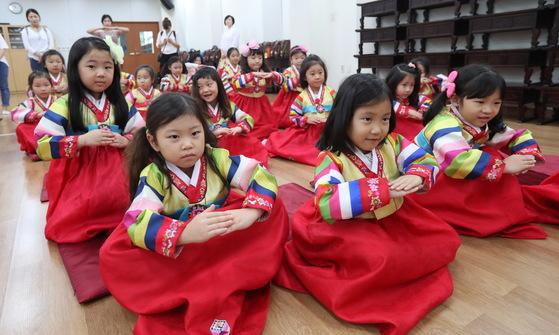 추석을 앞두고 예절 교육을 받는 아이들.[연합뉴스]