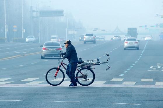 횡단보도를 건널 때는 자전거를 타지 않고 끌어야 한다. [중앙포토]