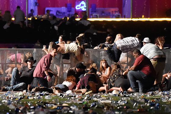 1일(현지시간) 미국 라스베이거스 야외공연장에서 무차별 총기 난사 사건이 발생해 시민들이 대피하고 있다. [AFP=연합뉴스]