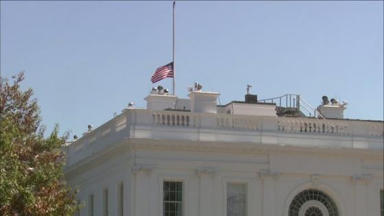 2일(현지시간) 미국 라스베이거스 총격사고를 애도하기 위해 백악관 등 미국 내 공공시설들은 일제히 조기를 게양했다.