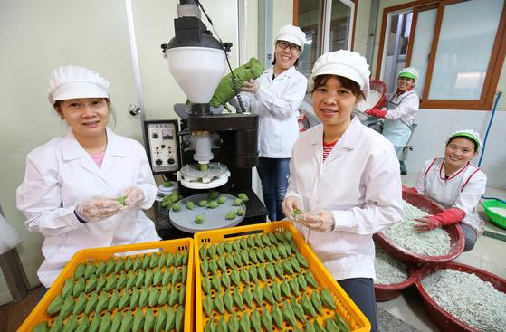 지난달 24일 전남 영광군 신하리 솔담모싯잎송편 공장에서 필리핀·베트남 출신 이주여성들이 조영미(왼쪽 둘째) 대표와 함께 송편을 빚고 있다. 영광의 경우 200여 곳에서 3360t 의 송편을 생산한다. [프리랜서 장정필]