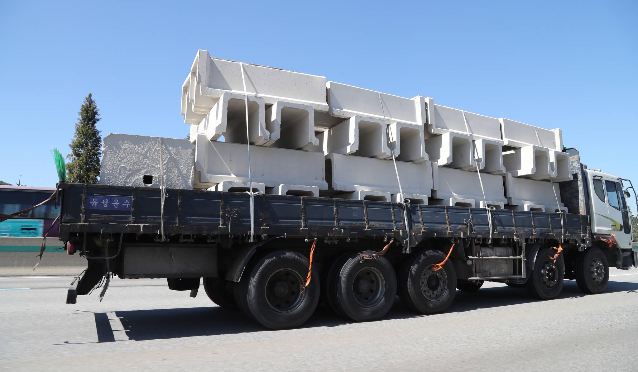 지난달 21일 오후 경부고속도로 상행선 죽전휴게소 부근에서 콘크리트 구조물을 적재한 화물트럭이 고속도로를 달리고 있다. 무거운 적재물을 끈으로 묶어 놓았다. 죽전= 최승식 기자