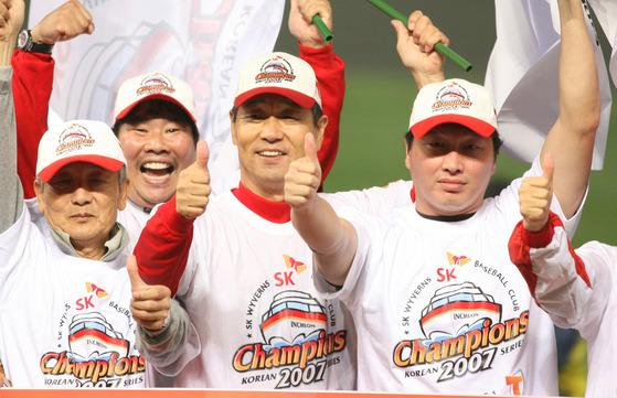 10월 29일 인천 문학야구장에서 열린 한국시리즈 6차전 SK-두산 전. 5대2로 한국시리즈 우승을 확정지은 sk 김성근 감독과 최태원 회장이 승리를 자축하고 있다.