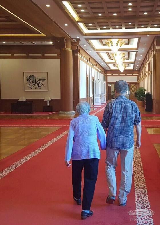 문재인 대통령이 어머니와 지난 여름에 청와대 본관을 함께 걷는 모습. [청와대 제공]