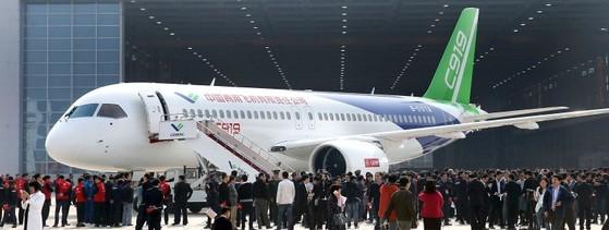중국이 2008년부터 독자로 개발한 중대형 상업용 여객기 C919의 출고식이 지난 2015년 11월 상하이 푸둥공장에서 열렸다. 6월부터 이 비행기에 대한 엔진·랜딩기어 등의 탑재 작업과 안전 점검이 진행됐다. C919는 168석과 158석이 기본형이고, 항속거리는 4075㎞다. [사진 중앙포토]