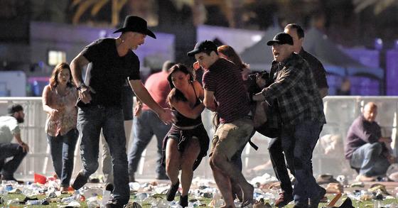 지난 1일(현지시간) 미국 라스베이거스 야외 콘서트장에서 총기 난사 사건이 발생해 58명의 사망자와 500여명의 부상자가 발생했다. [AFP=연합뉴스]