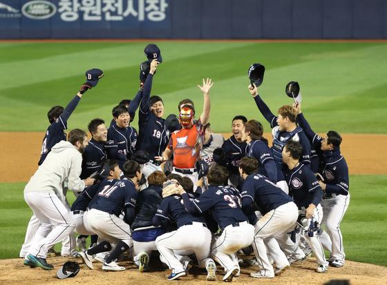 한국시리즈 2연속 우승. 프로야구 두산 베어스가 2년 연속 한국시리즈 우승을 차지했다. 두산은 1995년 통합 우승 이후 21년 만에 정규시즌과 한국시리즈 우승을 차지했다. 4차전 승리투수 유희관(가운데)이 아이언맨 복장을 갖춰입고 동료들과 함께 우승을 자축하고 있다.