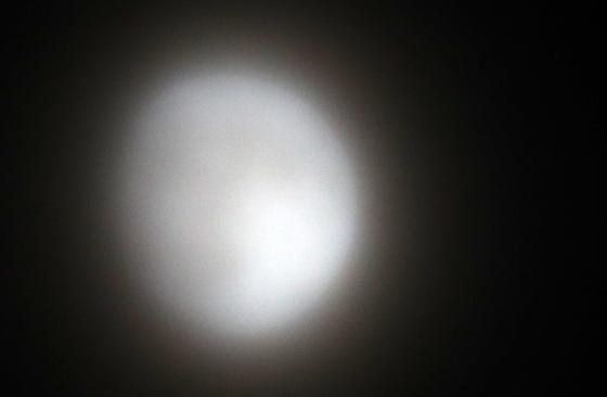 추석을 하루 앞둔 3일 오후 강원 춘천시 온의동에서 바라본 달이 옅은 구름에 가려 뿌옇게 보이고 있다. 추석인 4일은 밤까지 전국이 대체로 흐려 중부와 전북을 제외한 대부분 지역에서 보름달 보기가 어려울 전망이다. [연합뉴스]