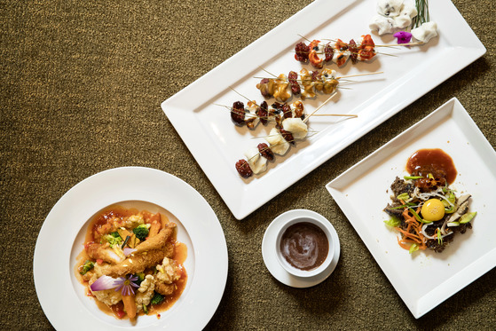 송편과 불고기, 생선 등 명절에 남은 음식으로 만든 요리들. 칠리 생선튀김, 떡꼬치, 부고기 스테이크(사진 왼쪽부터 시계방향). 장진영 기자