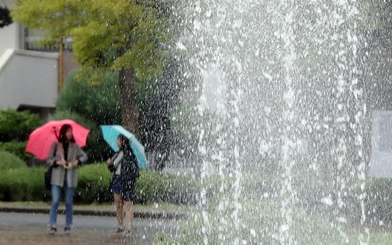 6일 전국에 비가 내리고 기온도 떨어져 쌀쌀하겠다. 사진은 지난달 27일 가을비가 내린 광주 북구 전남대학교 교정 [연합뉴스]
