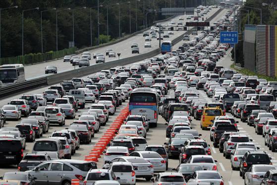 추석 연휴 중반부에 접어든 5일 성남시 궁내동 경부고속도로 서울톨게이트 부근에서 서울을 떠나는 차량이 줄을 잇고 있다. [연합뉴스]
