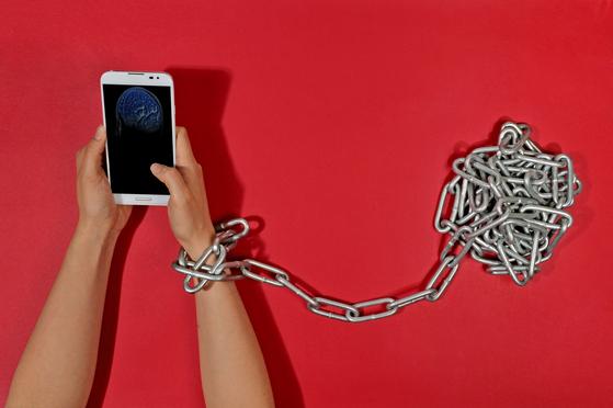 스마트폰이 손에 없을 때 불안하고 초조하면 스마트폰에 지나치게 의존하고 있다는 신호다. [중앙포토]