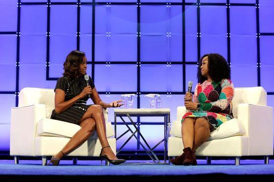 3일 미국 펜실베이니아주에서 열린 여성 컨퍼런스에 참석, 진행자와 대담하고 있는 미셸 오바마(왼쪽).[유튜브 캡처]