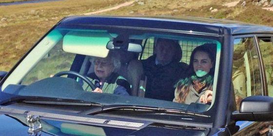 직접 SUV차량을 운전하고 있는 여왕. 조수석에 손주며느리인 케이트 미들턴 왕세손빈이, 뒷좌석엔 미들텅의 부모가 타고 있다. [중앙포토]