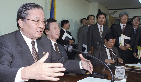 강경식 부총리 겸 재정경제원 장관은 1997년 10월 22일 과천정부종합청사 대회의실에서 기자회견을 갖고, 기아자동차와 아시아자동차에 대해 법정관리를 신청한 후 기아자동차의 공기업화와 아시아자동차의 제3자 매각을 내용으로 하는 기아 정상화 방안을 발표했다.