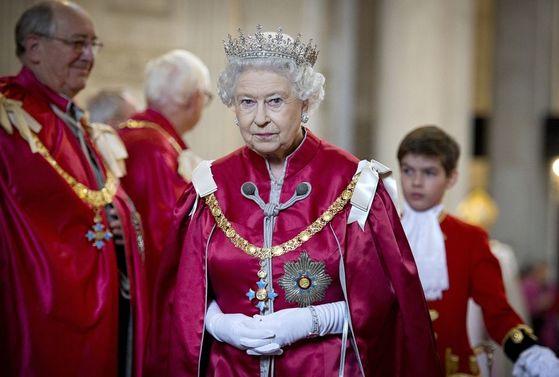 엘리자베스 여왕이 공식석상에서 일어날 땐 다같이 기립해야 한다. [중앙포토]