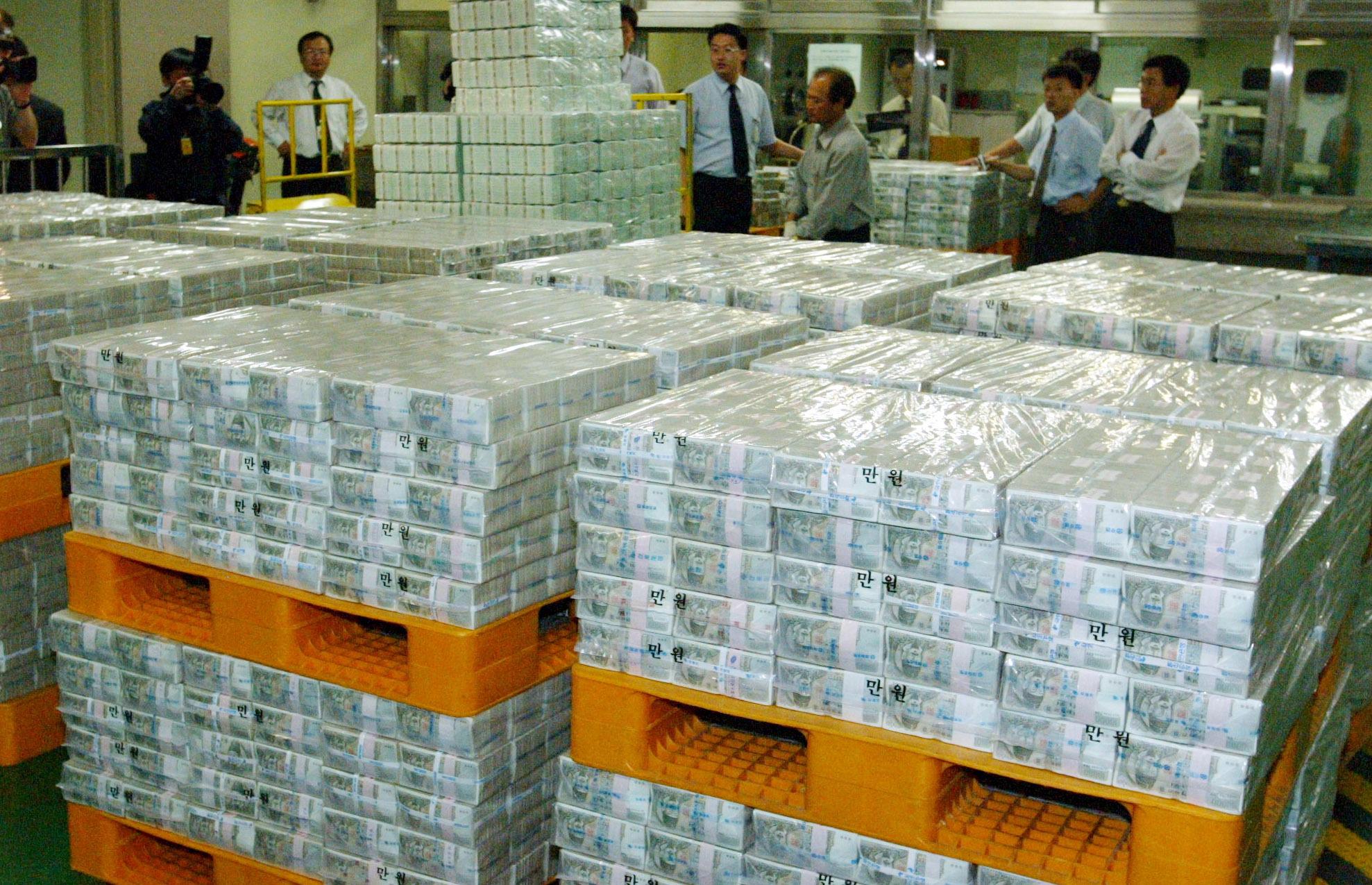 2002년 추석(9월21일)을 앞둔 9월13일 한국은행에서 추석자금이 방출되고 있다.김상선 기자