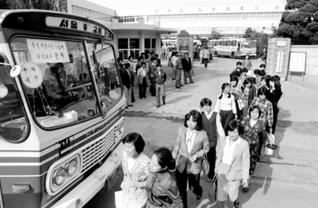 1980년 추석 전날인 9월22일 한 업체가 마련한 귀성차량에 직원들이 탑승하고 있다. 고향을 간다는 마음에 직원들의 표정이 밝다. 당시 기업들은 추석이나 설 때 직원들을 위해 귀성차량을 준비했다.[중앙포토]
