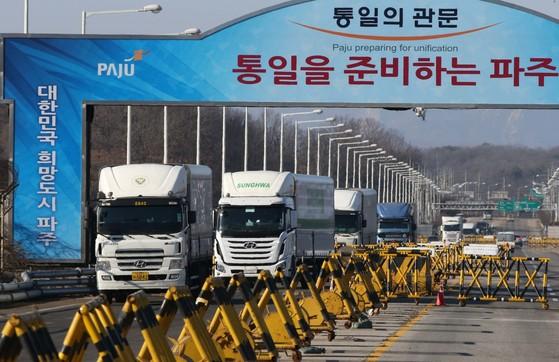 북측 개성공단에서 생산한 물품을 실은 화물차량이 경기도 파주 통일대교를 건너고 있다. [중앙포토]