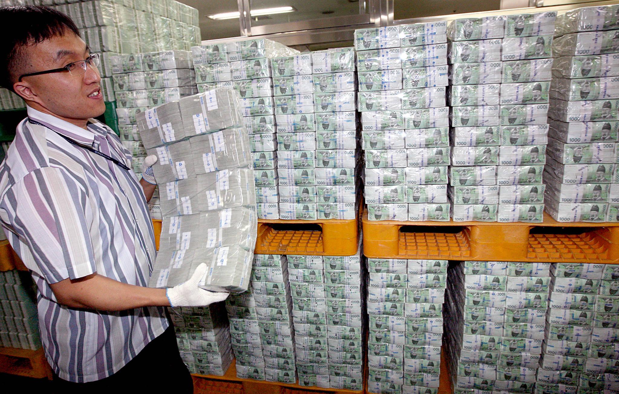 2009년 추석(10월3일)을 앞둔 9월 28일 오전 한국은행 본점에서 관계자들이 시중 은행에 방출될 현금을 운반하고 있다.[연합뉴스]