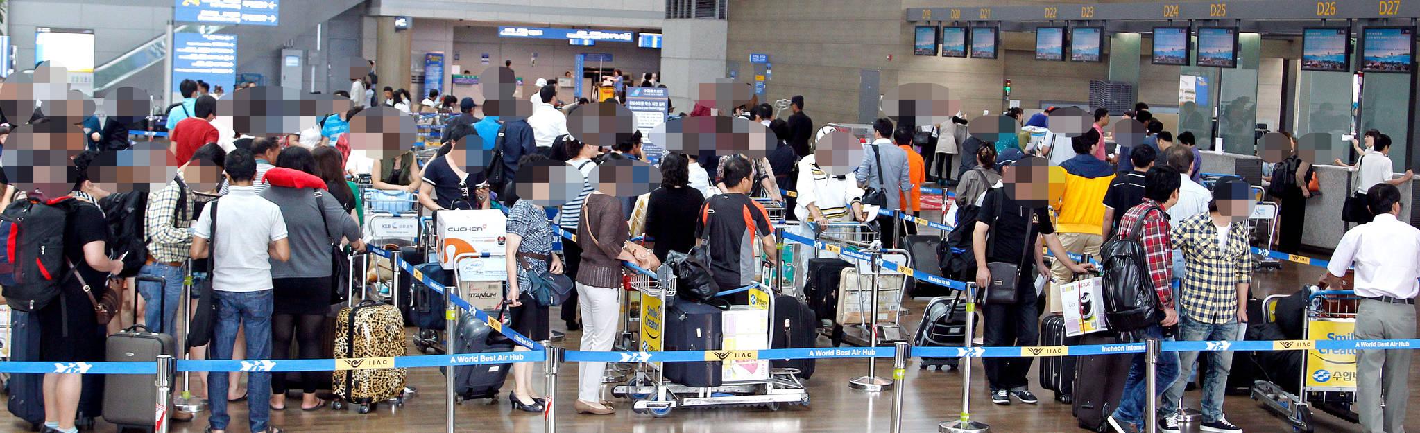 2011년 추석연휴(9월11~13일)를 앞둔 9월 8일 영종도 인천공항이 출국자들로 붐비고 있다.[연합뉴스]
